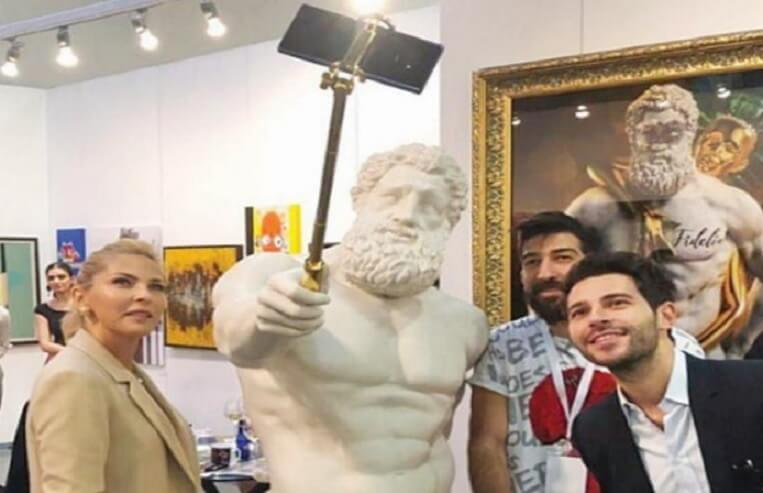 selfie çeken herkül tasviri