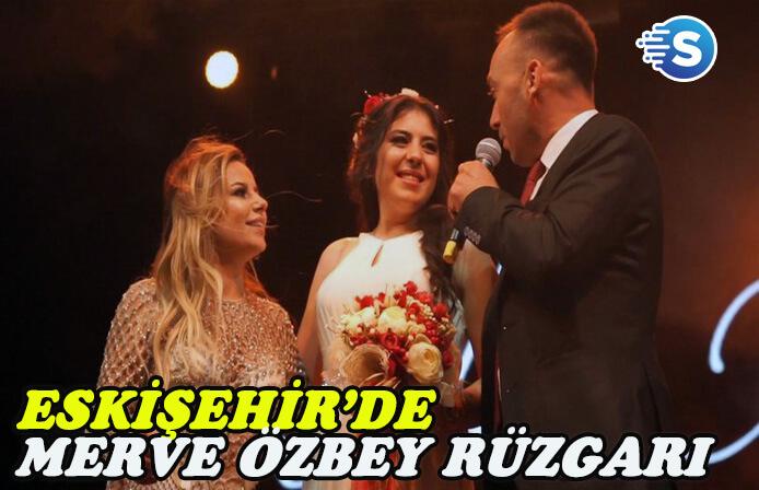 Merve Özbey, Eskişehir'de sahne aldı